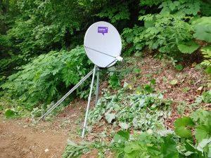 八雲の山で衛星通信工事